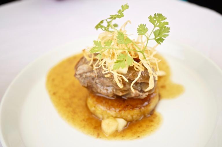 """""""Äppelwoi Forever"""" geschmortes Schweinebäckchen mit gebackenem Kartoffelstampf und Calvadossößje"""