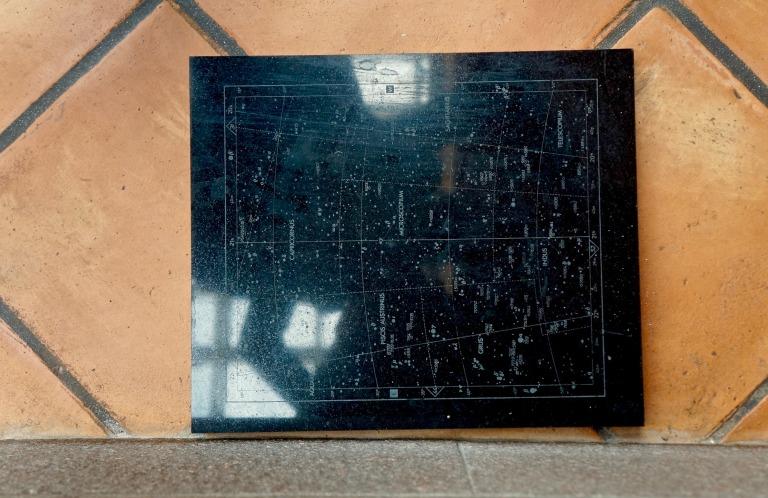 """eine von 53 """"Sternenkarten"""" aus Granit von Matt Mullican"""