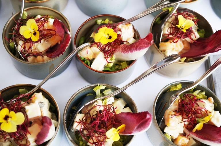 "Salat ""JT"" - Chicoree, Mango, Feta, Nüsse, Sprossen"