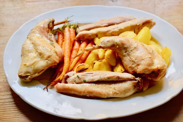 Kaninchen mit Karotten und Kartoffeln aus dem Ofen