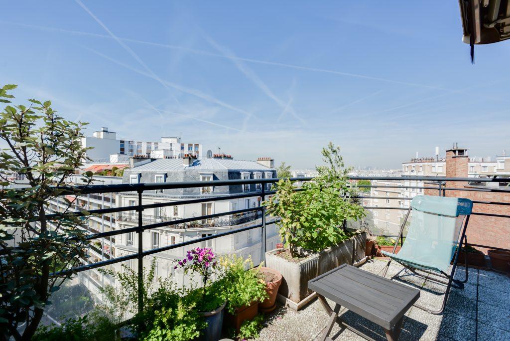 Magique  73 m avec terrasse et vue sur Paris aux Buttes de Chaumont  Dernier tage Paris