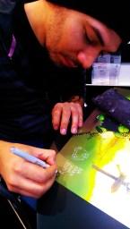 Rudy signiert ein Poster des neuen Buchs Mein bester Freund ist ein Goblin