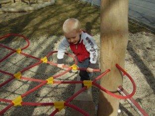 Simons erste Versuche mit dem flexiblen Klettergerüst.