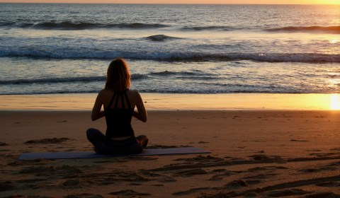 Meditation am Strand - greenyogashop