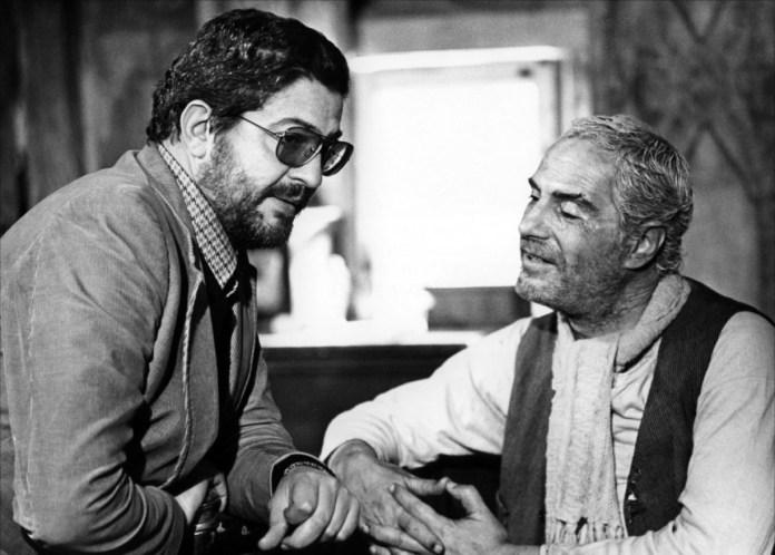 Ettore Scola e Nino Manfredi durante le riprese di Brutti, Sporchi e cattivi