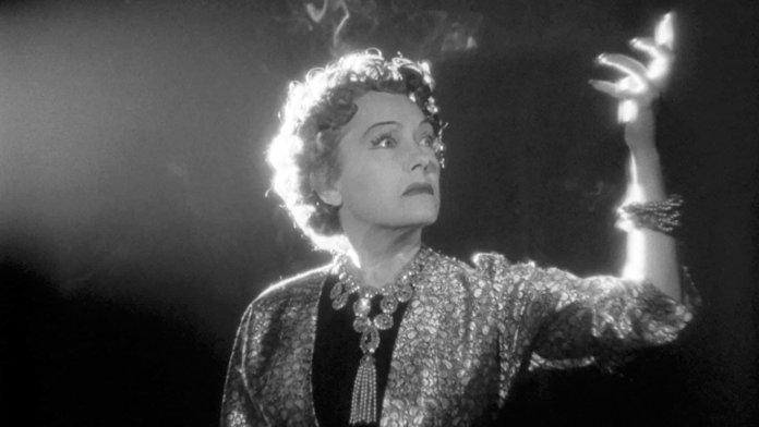 Sunset Boulevard, anno 1950. Billy Wilder dirige un dramma sul cinema di Hollywood in continua evoluzione, dimenticandosi chi lo ha fatto nascere e diventare grande. Con Gloria Swanson, William Holden e Erich Von Stroheim.