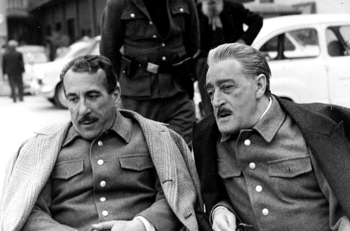 Il rapporto complicato tra i Fratelli De Filippo, Eduardo e Peppino, viene riportato alla luce, e con esso buona parte del cinema e del teatro italiano.