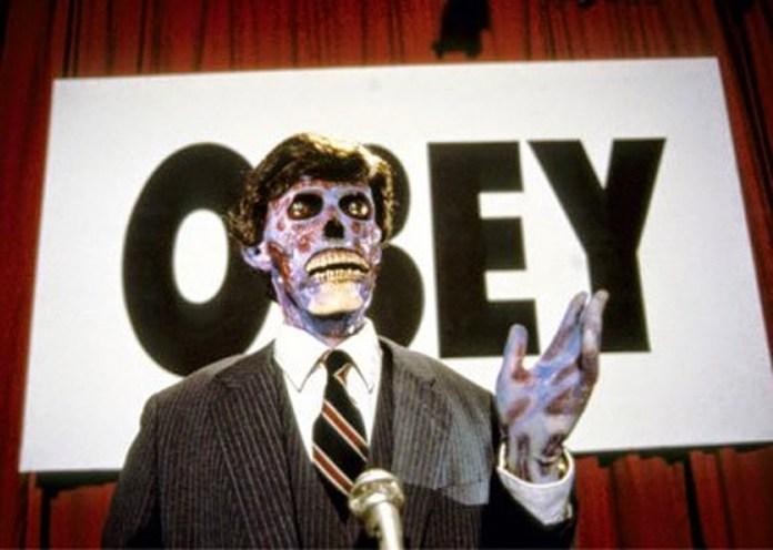 Essi vivono (They Live) è un cult del 1988 diretto da John Carpenter. Ora più che mai avrebbe proprio bisogno di un bello svecchiamento.