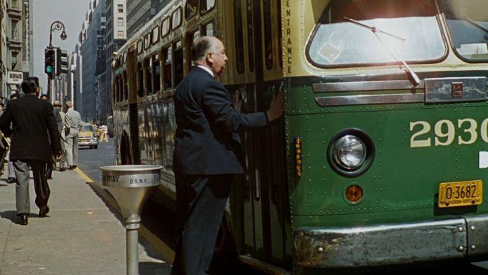 Per la top 10 sui dieci camei di Alfred Hitchcock, Intrigo Internazionale nasconde il cameo del regista all'inizio del film.