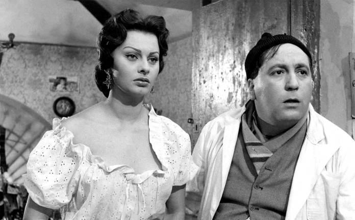 Sophia Loren e Giacomo Furia in una scena del film L'oro di Napoli (1954).
