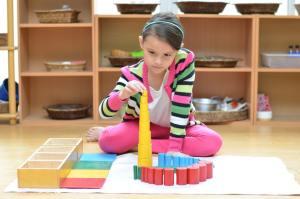 Les enfants atteignent un état de concentration avancé et une sérénité surprenante grâce à la pédagogie Montessori. C'est ce qui leur permet de se développer harmonieusement.