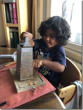"""Lorsque l'enfant se concentre sur une activité de """"Vie pratique"""", il se passe quelque-chose au niveau de son développement qui va bien au-delà de l'activité apparente."""