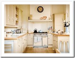 Pour commencer le jeu des cartes de nomenclature Montessori, tu commences par montrer la première carte qui représente la carte du TOUT, ici la cuisine.