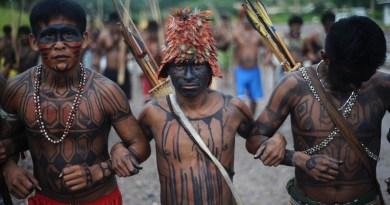 indigenas-de-diferentes-tribos-fazem-manifestacao-para-demonstrar-sua-uniao-durante-ocupacao-do-canteiro-de-obras-da-hidreletrica-de-belo-monte-em-vitoria-do-xingu-no-para-1369673058105_1920x1080