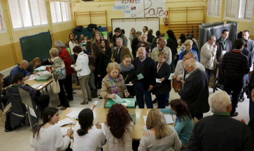 Votando em Sevilha. Foto: Reuters / Marcelo del Pozo.