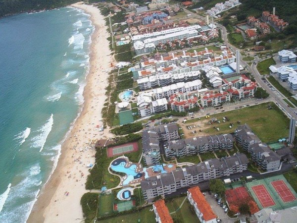 Construções irregulares na orla da Praia Brava