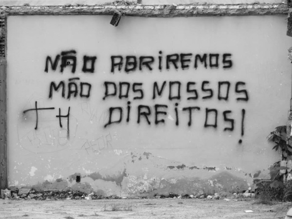 Pixação em muro na Vila Autódromo