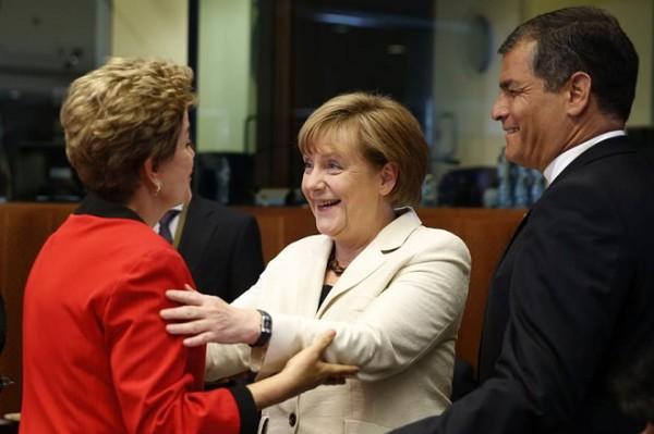 Chanceler alemã, Angela Merkel, cumprimentou Dilma antes do início da cúpula.