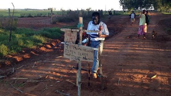 Pistoleiros atacam a tiros acampamento de Kurusu Ambá e procuram liderança do povo