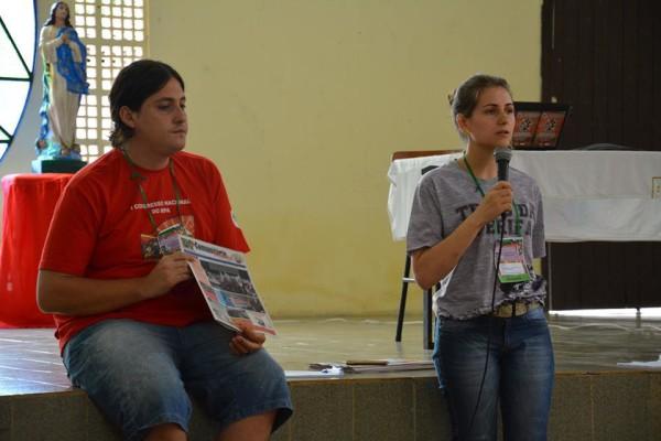 Pedro e Claudia, de Santa Catarina, apontando a realidade do estado durante Assembleia Nacional em Maceió- Alagoas