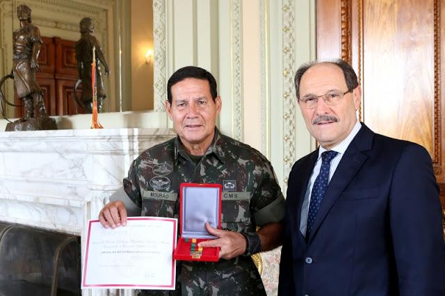 Sartori entrega medalha a general que homenageou o Coronel Ustra