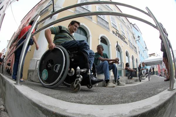 Pessoas com mobilidade reduzida testam rampas de acesso em Salvador – Foto: Manu Dias/GOVBA.