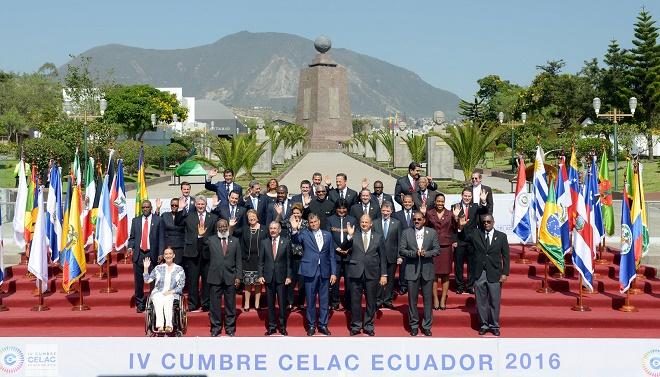 A foto oficial com os líderes dos países membros presentes na 4a Cúpula da Celac, em Quito