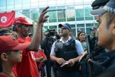 Brasília - Integrantes da Frente Nacional de Luta, Campo e Cidade (FNL) invadiram o prédio do Ministério do Desenvolvimento Agrário, na madrugada desta terça-feira, em um ato pela distribuição de terras (José Cruz/Agência Brasil)