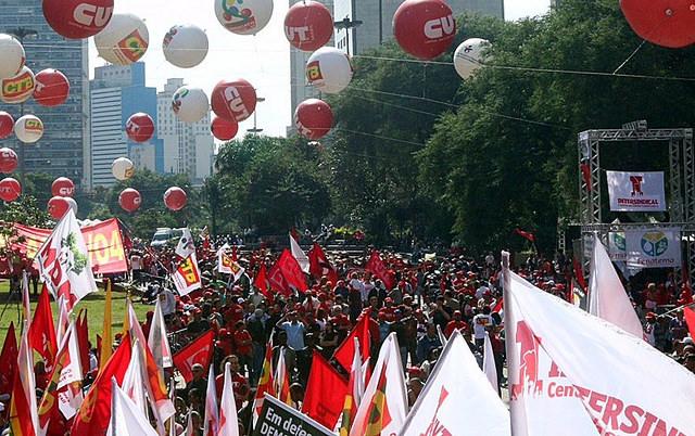 Em 2015, 1º de maio da CUT reuniu milhares no Vale do Anhangabaú contra a proposta de terceirização / Roberto Parizotti/CUT