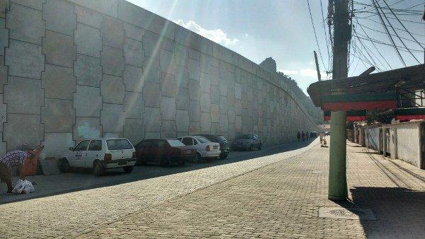 À esquerda, pista elevada da via Transolímpica, que corta o bairro de Curicica, região de Jacarepaguá. Foto: Jessica Mota /Agência Pública