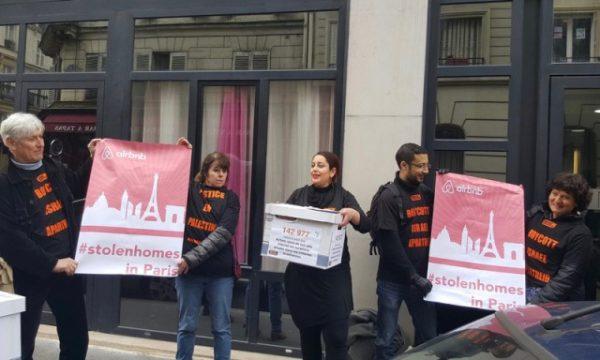 """Ativista francesa foi detida na França por usar uma camiseta """"ilegal"""" em apoio ao BDS, em 10 de março de 2016. Foto: BDS France"""