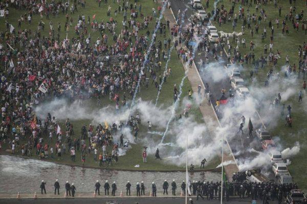 Foto: Brasil de Fato - Polícia ataca manifestação contra a PEC 55