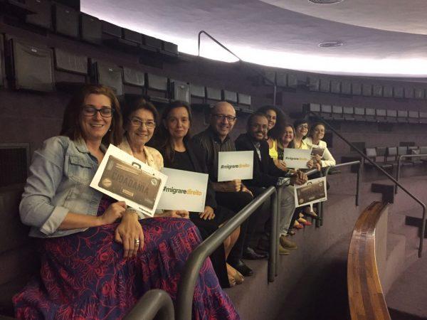 (Representantes de entidades que integram a Rede Solidária para Migrantes e Refugiados (RedeMir) que acompanharam a votação in loco. Foto: Diulgação IMDH)