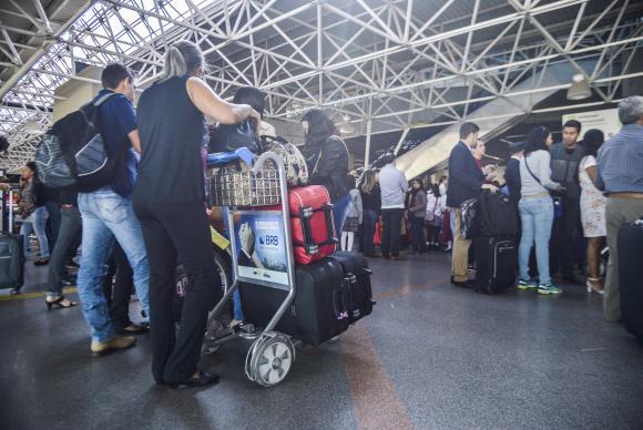 Novo regulamento aprovado pela Anac para o transporte aéreo de passageiros prevê a possibilidade de as empresas cobrarem por qualquer bagagem despachada José Cruz/Agência Brasil