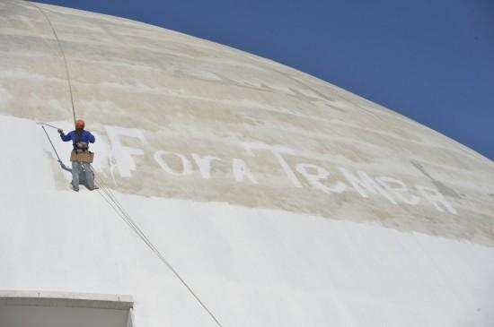 """Trabalhador que pintou """"Fora, Temer"""" no Museu Nacional é demitido"""