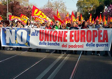 """""""Não à União Europeia dos bancos, dos padrões, da guerra"""", faixa do Unione Sindacale di Base de Roma"""