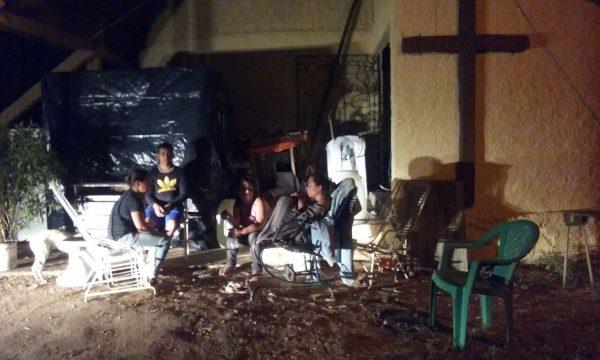 Indígenas refugiados em Igreja depois de despejo. Foto: Ângelo Bueno/Cimi