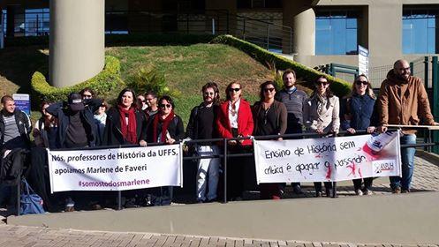 Em frente do Fórum de Chapecó, com alunos/as e professores/as