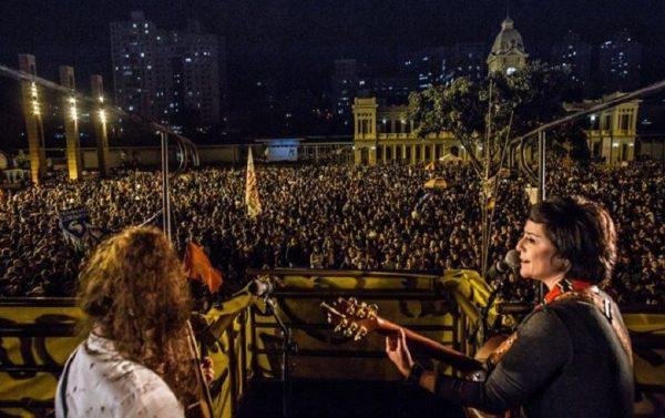 Fernanda Takai, vocalista do grupo Pato Fu, em ato-evento pelas Diretas Já em Belo Horizonte (Foto: Reprodução/Diretas Já)