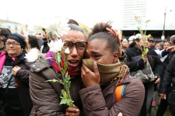 Servidoras choram durante manifestação em frente à Câmara dos Vereadores da capital paranaense (Foto: Chico Camargo / CMC)