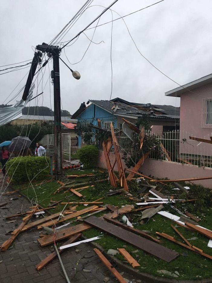 Mais de 100 residências foram atingidas por vento forte nesta madrugada em São Miguel do Oeste/SC