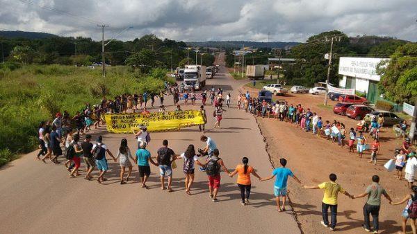 Manifestação teve início com bloqueio da Rodovia Santarém Cuiabá (Foto: Ronnie Dantas)