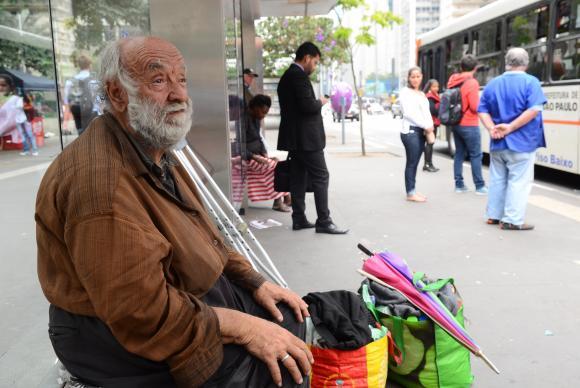 José Aparecido Nogueira, 73 anos, foi morar na rua após a prefeitura derrubar muro e interditar hotel que ele usava na região da Cracolândia, em São Paulo (Foto: Rovena Rosa/Agência Brasil)