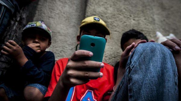 Nas periferias, policiais forçam pessoas a mostrarem suas conversas de Whatsapp