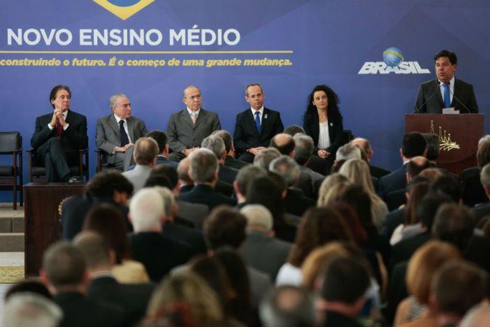 Livro discute políticas e desigualdades no Ensino Médio brasileiro