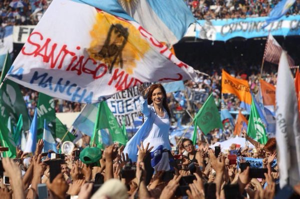 Cristina Kirchner é eleita senadora na Argentina