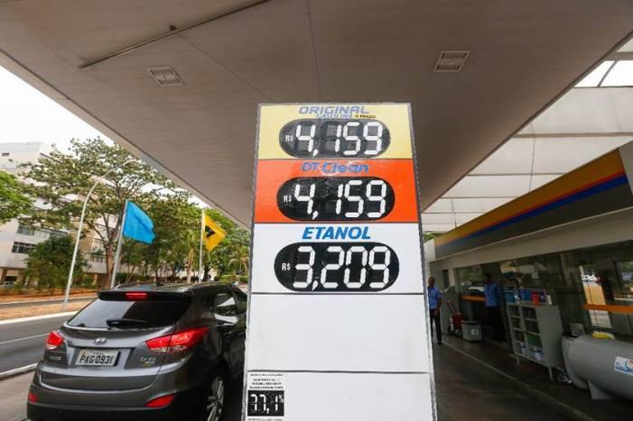 Petrobras anuncia queda de 1,80% no preço da gasolina
