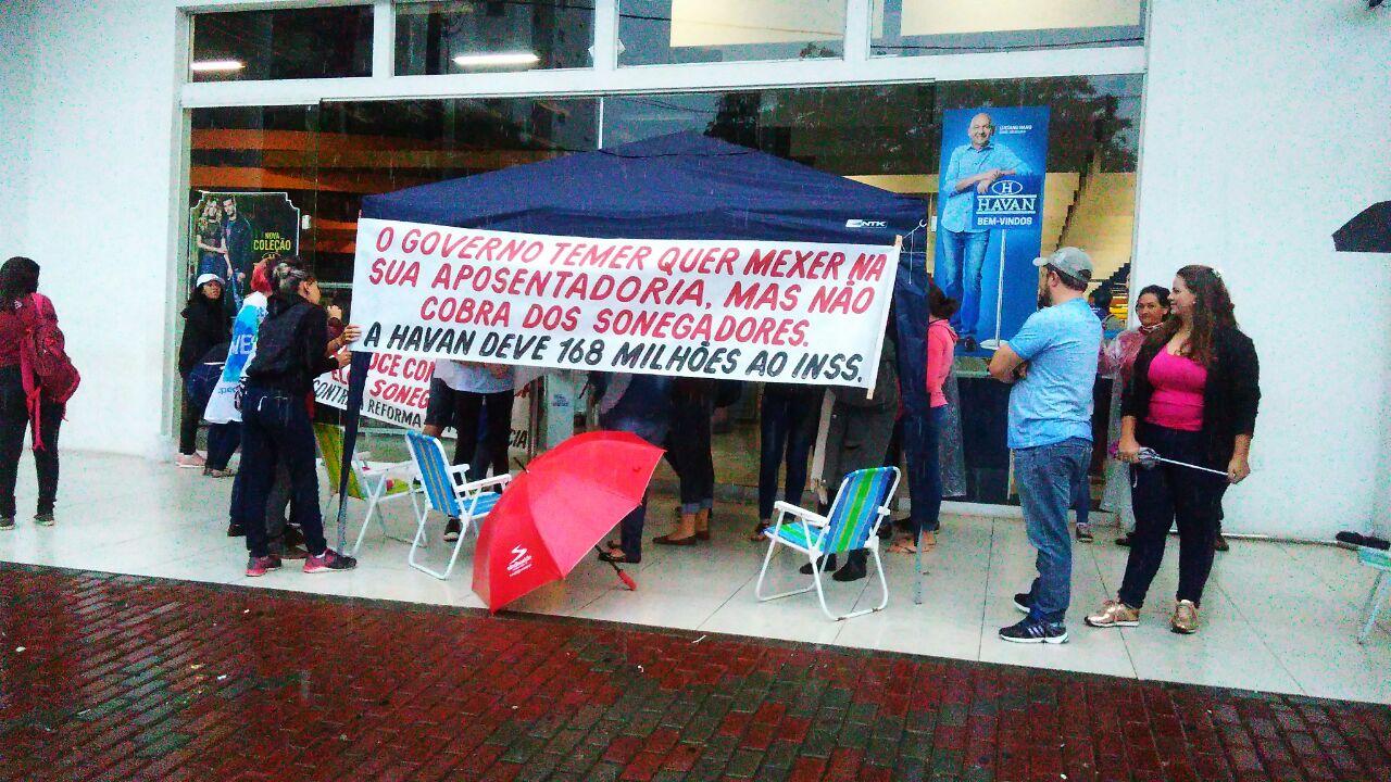 No Oeste Catarinense organizações fazem protesto em frente a loja da Havan, devedora de R$168 milhões ao INSS
