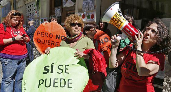 Una turba de manifestantes y activistas clamando a las puertas de la casa de Enrique Brossa por un aplazamiento del plazo de entrega de los relatos para su famoso concurso literario, Desafío Relámpago.