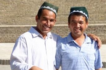 Les hommes portent le chapeau traditionnel appele dopy